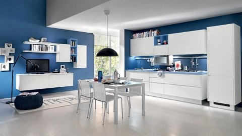 una cucina moderna con pareti blu e mobili bianchi