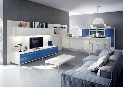 un salotto con un mobile da tv blu e bianco e un divano grigio