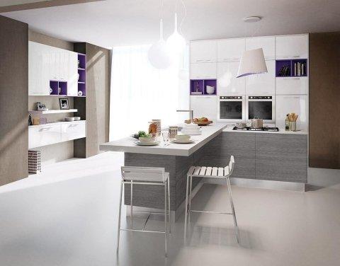 una cucina moderna con mobili bianchi e grigi