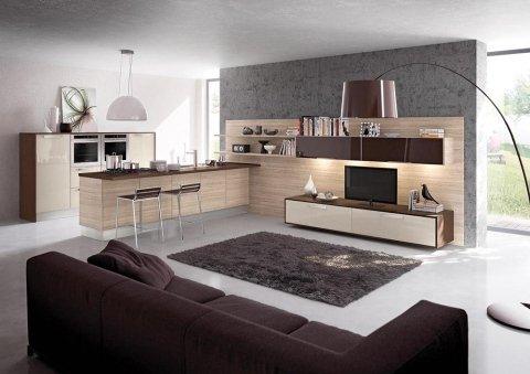 una cucina open space e un divano marrone