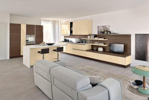una cucina e salotto open space con mobili beige e marrone