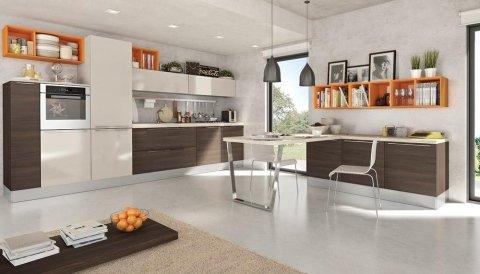 una cucina moderna con mobili marroni, bianchi e arancioni