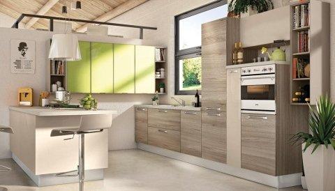 una cucina moderna con mobili marroni,beige e verdi