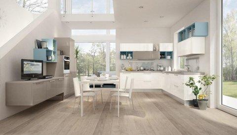 una cucina moderna con mobili bianchi e beige e un tavolo con delle sedie