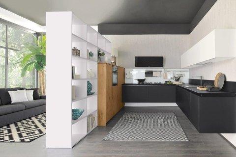 una cucina moderna con mobili neri e marroni con uno scaffale bianco