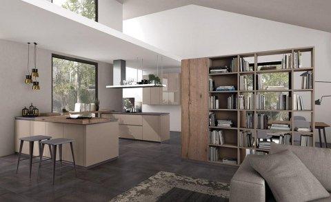 cucina con mobili beige e uno scaffale in legno