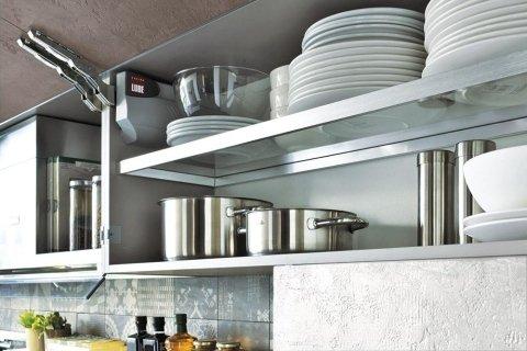 delle mensole in un armadio da cucina con piatti e pentole