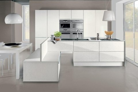cucina moderna con mobili bianchi