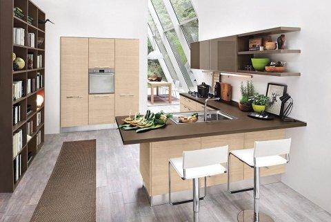 una cucina moderna con mobili beige e marroni e due sedie bianche