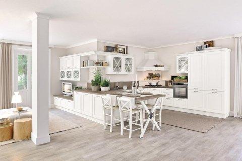 cucina di color bianco con top marrone