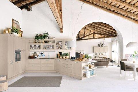 una cucina angolare in legno chiaro open space