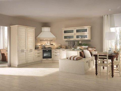 la cucina angolare in legno chiaro con una cappa