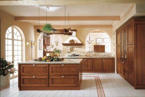 una cucina con penisola e mobili in legno