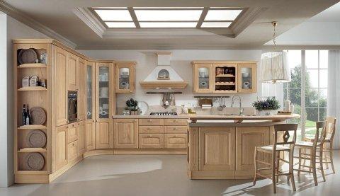 una cucina con penisola e mobili in legno chiaro