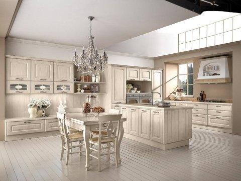 una cucina moderna con penisola di colore avorio e un tavolo con delle sedie