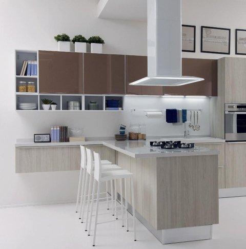 una cucina ad angolo con mobili beige e marroni