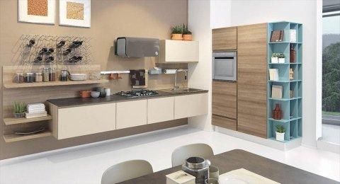 una cucina di color beige con mobili marroni e azzurri