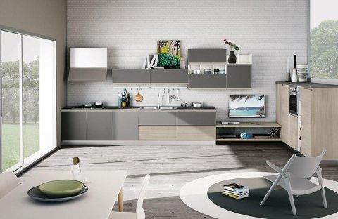 una cucina con mobili grigi e beige