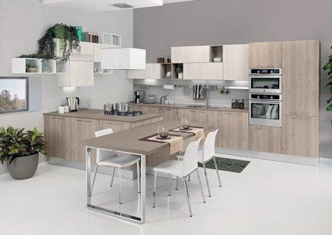 una cucina in legno chiaro e un tavolo con delle sedie