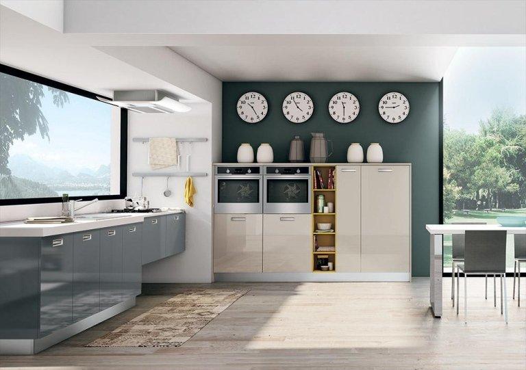 la cucina di color nero e legno chiaro e degli orologi a parete