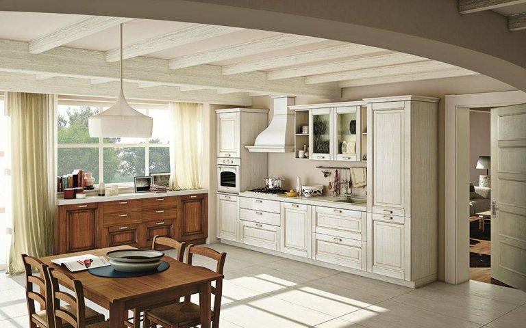 la cucina marrone e color avorio e un tavolo con delle sedie