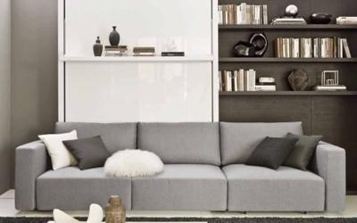un divano di colore grigio con dei cuscini