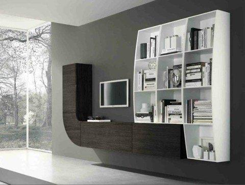 una libreria bianca e un mobile marrone con una TV a muro