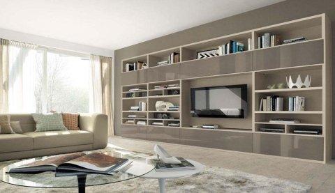 un tavolino di vetro, un divano e un mobile con una tv