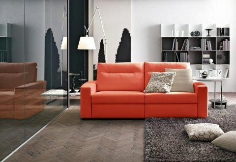 un divano a due posti di color rosso