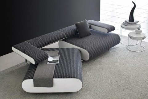 un tavolo bianco e 4 sedie moderne