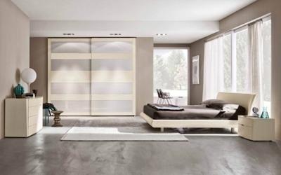 letto singolo con sopra un orso e dei mobili di color beige