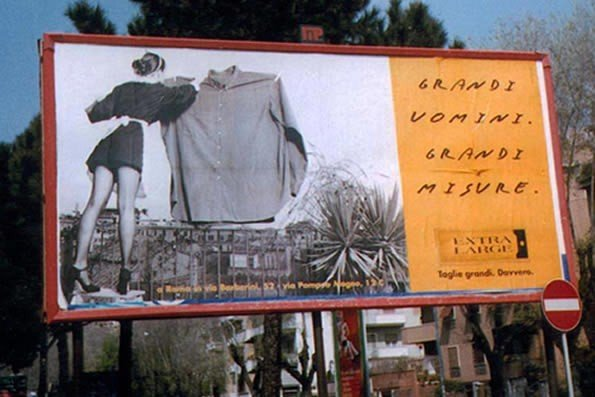 un cartellone pubblicitario di  Extra Large Roma