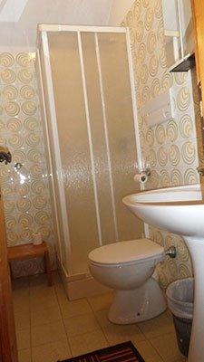 prospettiva del bagno privato di una camera