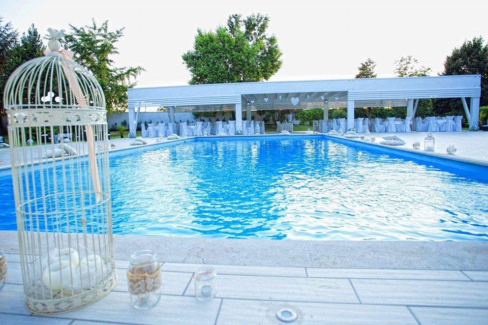 Un'ampia piscina di lusso