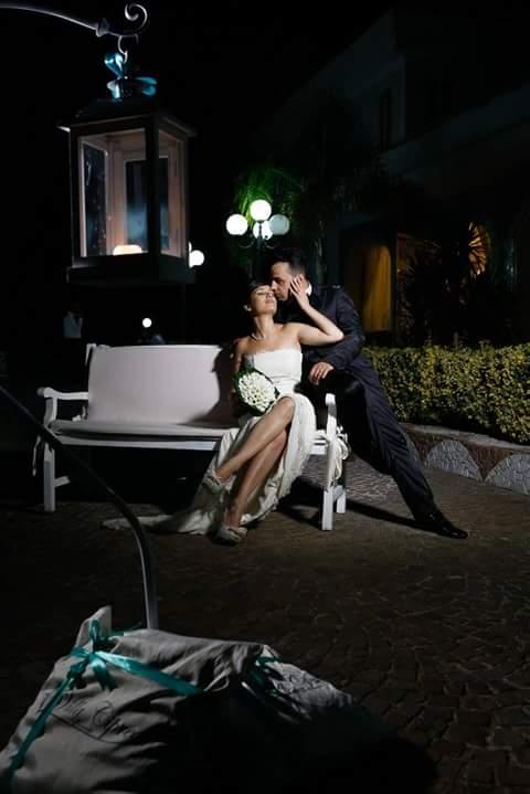 due sposi che si baciano su una panchina