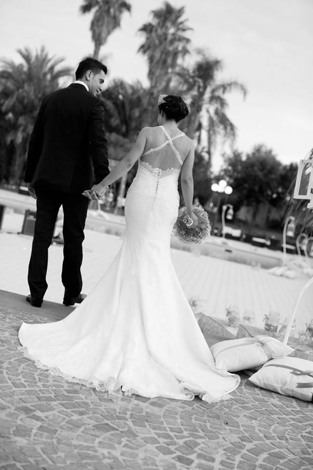 foto in bianco e nero di due sposi di spalle