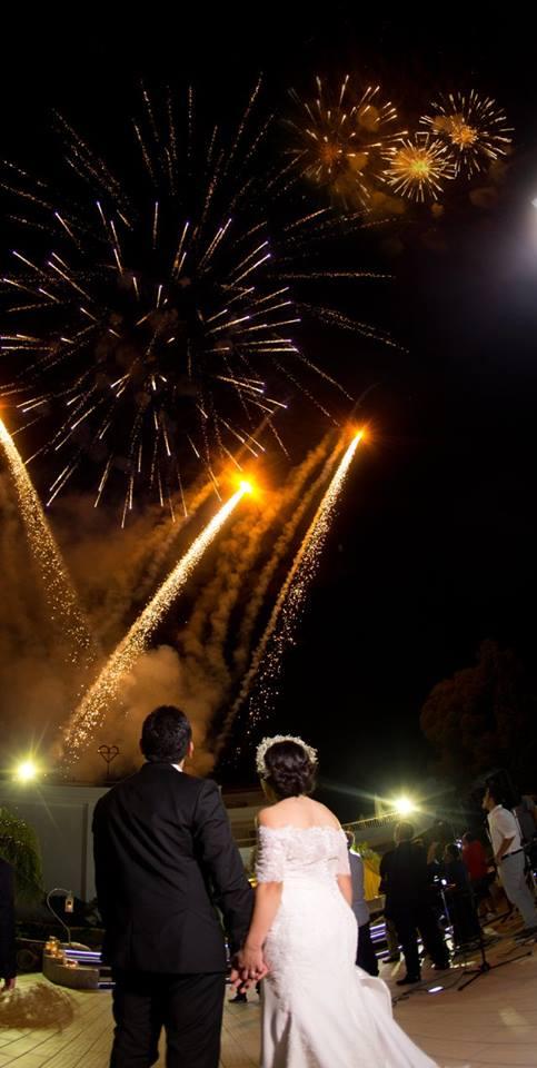 sposi che guardano i fuochi d'artificio