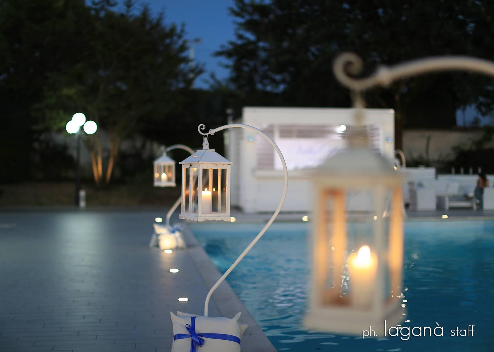Eleganti lanterne bianche a bordo piscina