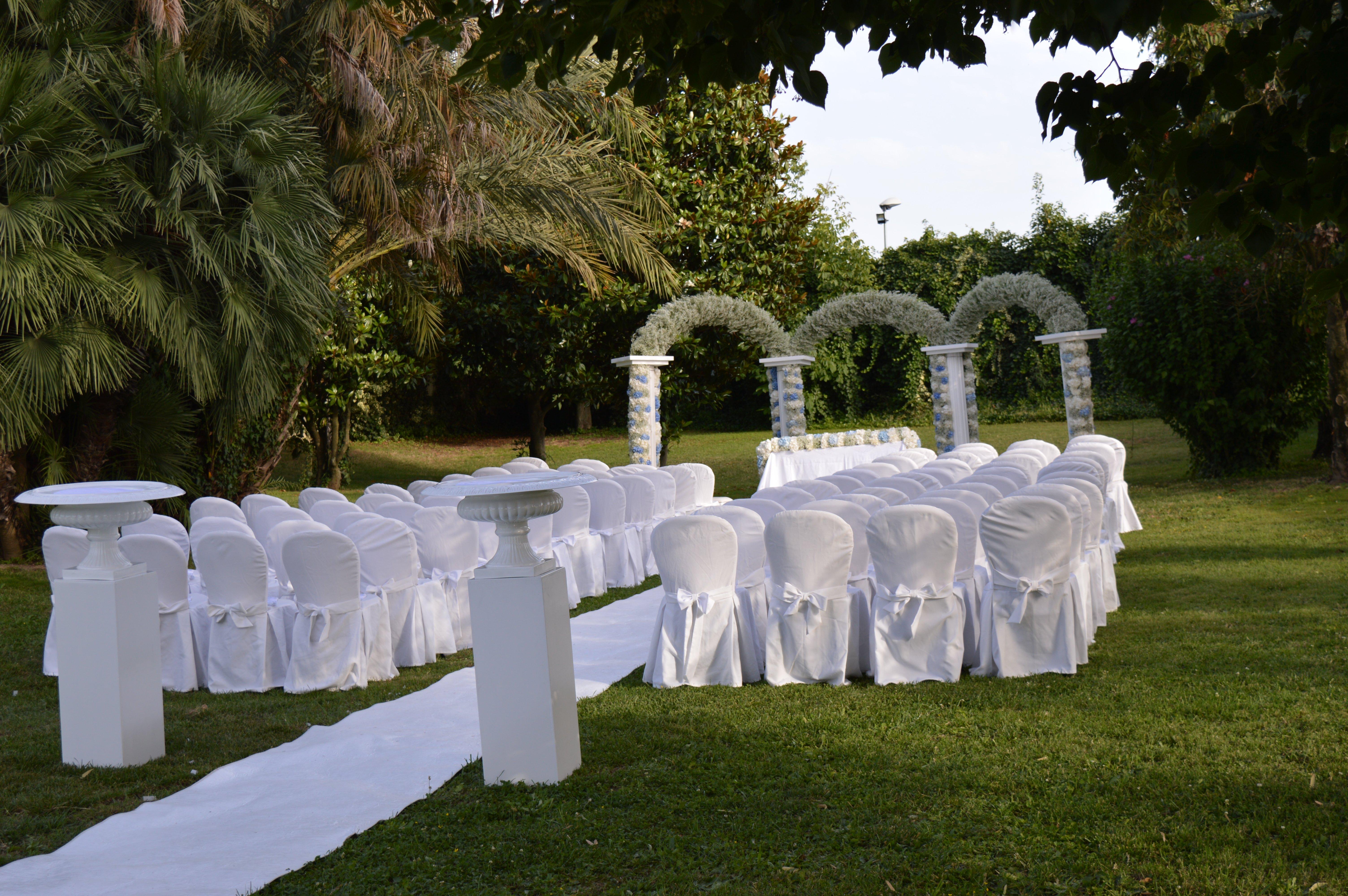 Sedie in esterno per celebrare il matrimonio
