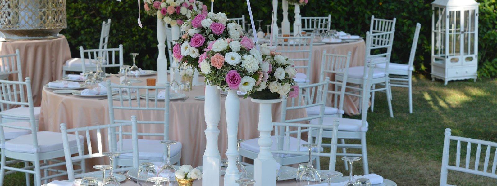 Composizione floreale a decorazione dei tavoli esterni
