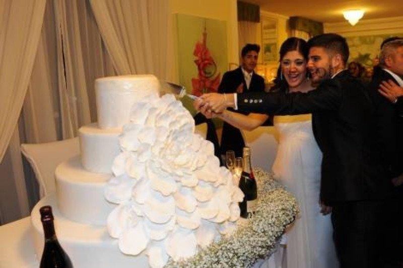 Una coppia mentre taglia una torta nuziale