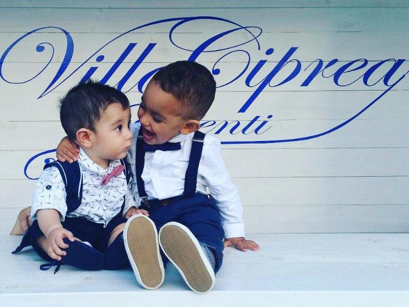 Due bambini vestiti da matrimonio che giocano