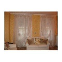 vista frontale di un divano con tende bianche