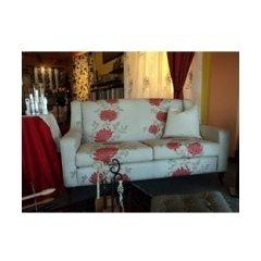 divano bianco con arredo di una casa