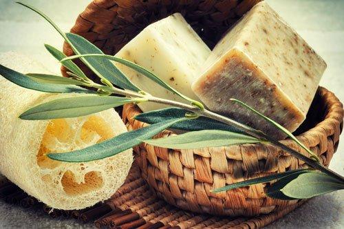 un cesto con due forme di formaggio e un ramo d'ulivo