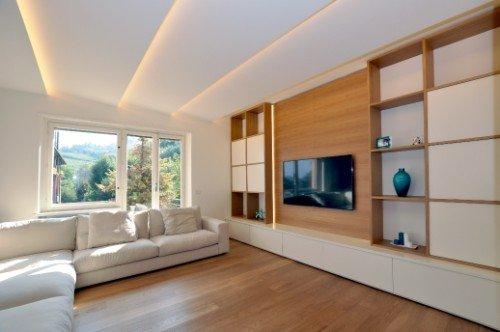 parquet in salotto con libreria in legno