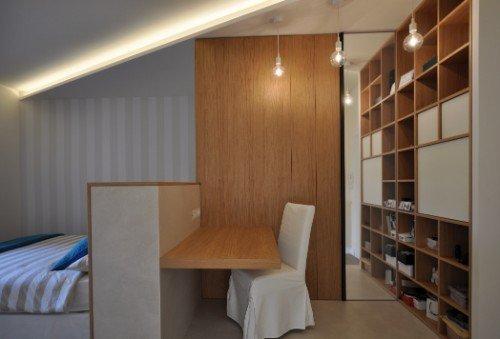Soggiorno con ripiano e libreria in legno