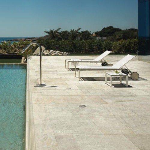pavimentazione esterna vicino a una piscina