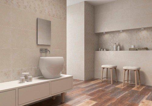 bagno con pavimentazione in legno
