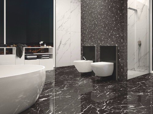 bagno con pavimentazione in marmo